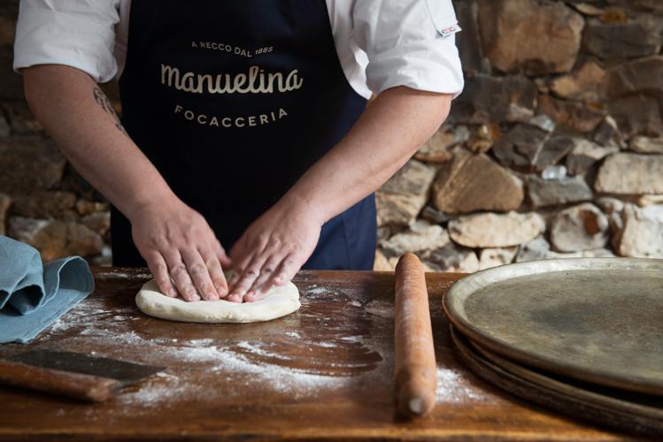 1.Sulla spianatoia lavorate la farina con 80 g di olio, aggiungendo acqua fredda fino ad ottenere un impasto molto morbido. Dividetelo in due differenti panetti delle stesse dimensioni e lasciatelo riposare per circa mezz'ora.